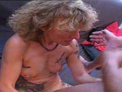 blondes luder bei dreier mit holzstiel gefickt