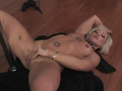 Tattoo slut gets wet when she does her poledance